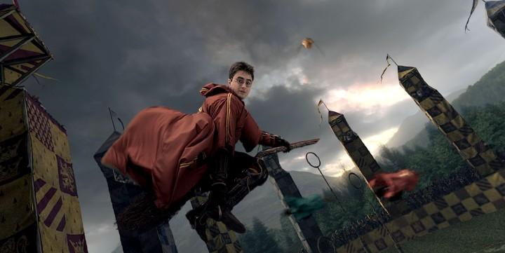 Harry Potter en un partido de Quidditch, en una imagen promocional de la saga de películas del mago